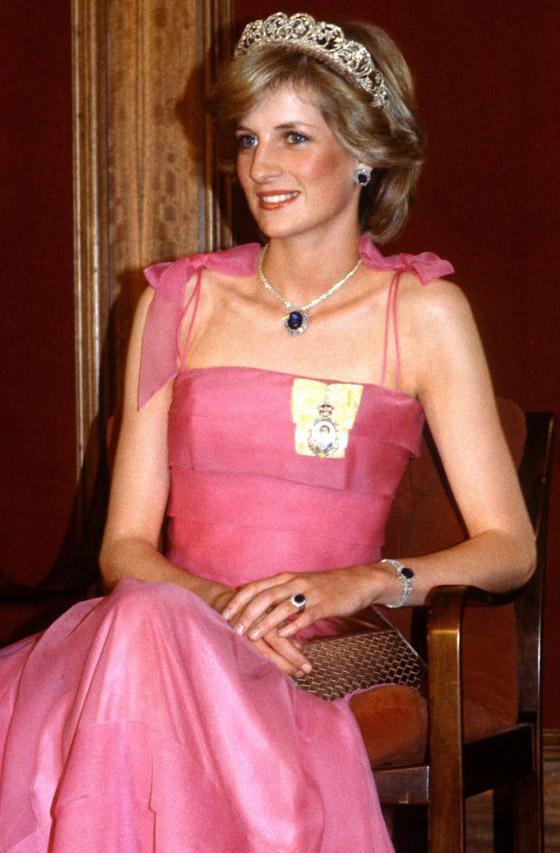 صورة رقم 3 - حكايات أجمل قطع الياقوت التي زينت إطلالات الأسرة المالكة عبر السنوات