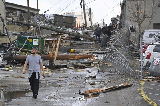 صورة رقم 7 - تتحدى إعصار آيدا لتلتقي بفتى أحلامها.. والنتيجة؟ فيديو وصور :