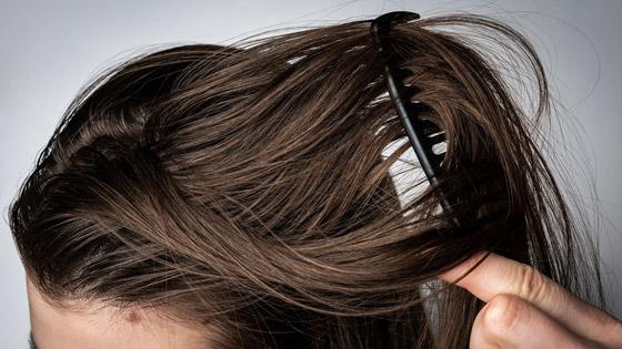 صورة رقم 4 - 5 أخطاء وعادات مؤذية تجن بوها في حالة الشعر الدهني..!