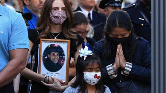 صورة رقم 2 - بالصور: الولايات المتحدة تحيي ذكرى هجمات 11 سبتمبر بالصمت والدموع