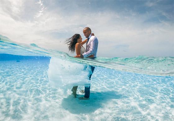 صورة رقم 1 - صور مدهشة: ثنائي سعودي يحتفلان بزفافهما تحت الماء في جزر المالديف