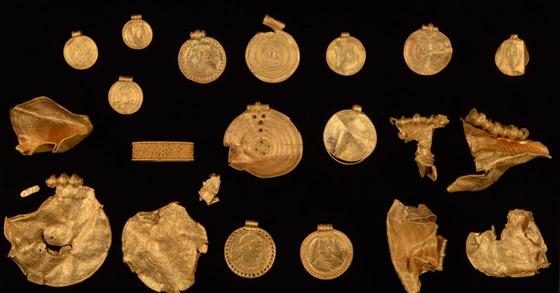 صورة رقم 2 - عمره 1500 عام.. باحث يعثر على كنز ذهبي ليس له مثيل بالصدفة!