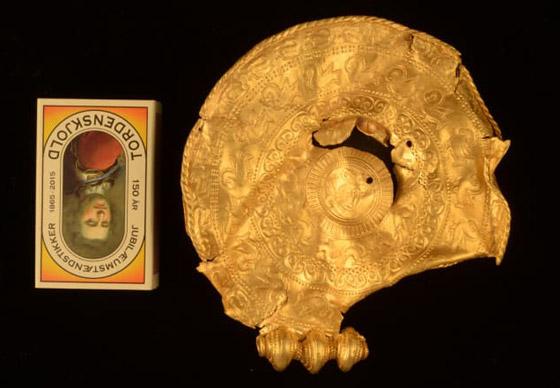 صورة رقم 4 - عمره 1500 عام.. باحث يعثر على كنز ذهبي ليس له مثيل بالصدفة!