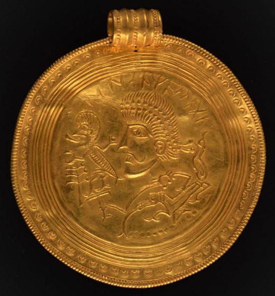 صورة رقم 5 - عمره 1500 عام.. باحث يعثر على كنز ذهبي ليس له مثيل بالصدفة!