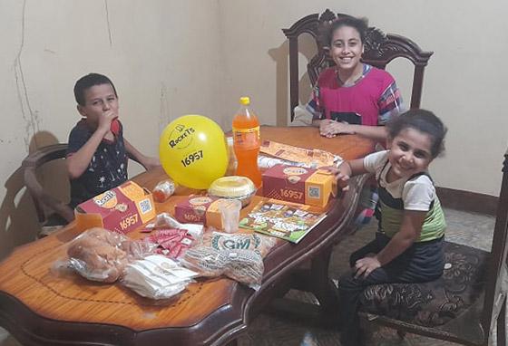 شهامة المصريين: أب فقير يصنع لابنته تورتة بسيطة ورد فعل الغرباء خيالي ومؤثر! صور صورة رقم 7