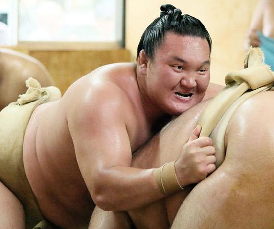 صورة رقم 17 - كورونا يتسبب بإنهاء مسيرة أعظم مصارع سومو بتاريخ الرياضة.. صور