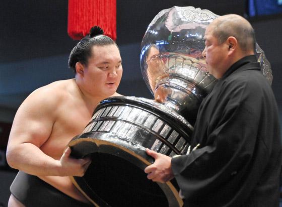 صورة رقم 5 - كورونا يتسبب بإنهاء مسيرة أعظم مصارع سومو بتاريخ الرياضة.. صور