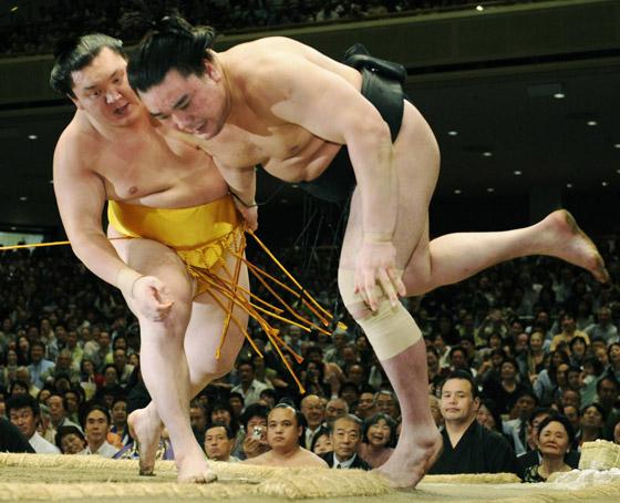 صورة رقم 7 - كورونا يتسبب بإنهاء مسيرة أعظم مصارع سومو بتاريخ الرياضة.. صور
