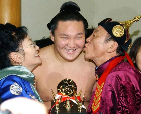 صورة رقم 8 - كورونا يتسبب بإنهاء مسيرة أعظم مصارع سومو بتاريخ الرياضة.. صور