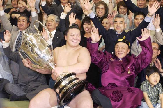 صورة رقم 9 - كورونا يتسبب بإنهاء مسيرة أعظم مصارع سومو بتاريخ الرياضة.. صور