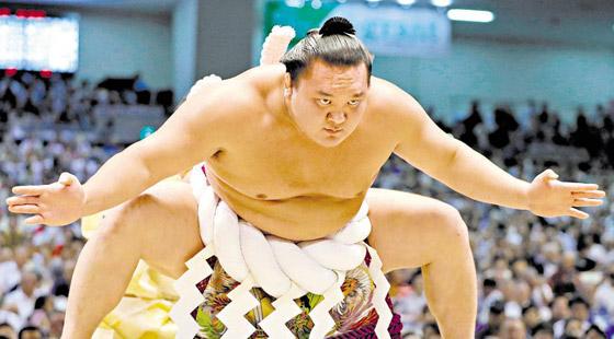 صورة رقم 10 - كورونا يتسبب بإنهاء مسيرة أعظم مصارع سومو بتاريخ الرياضة.. صور