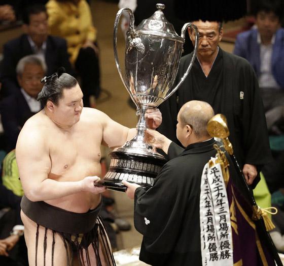 صورة رقم 16 - كورونا يتسبب بإنهاء مسيرة أعظم مصارع سومو بتاريخ الرياضة.. صور
