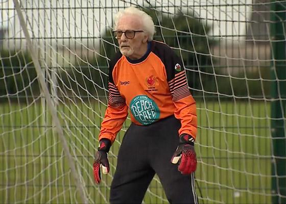 صورة رقم 2 - عجوز عمره 88 عاما لا يزال يلعب كحارس مرمى لفريق كرة قدم! فيديو