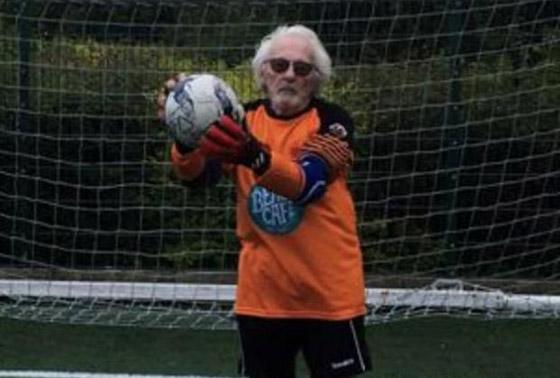 صورة رقم 5 - عجوز عمره 88 عاما لا يزال يلعب كحارس مرمى لفريق كرة قدم! فيديو