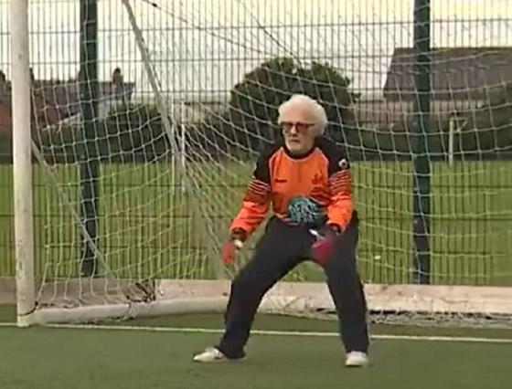صورة رقم 6 - عجوز عمره 88 عاما لا يزال يلعب كحارس مرمى لفريق كرة قدم! فيديو