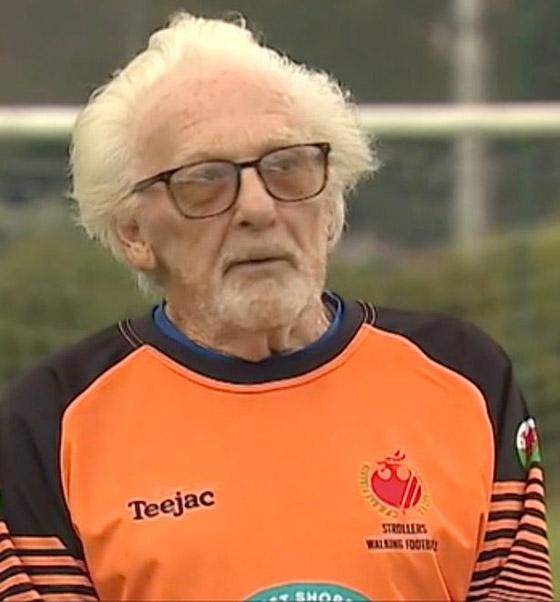 صورة رقم 7 - عجوز عمره 88 عاما لا يزال يلعب كحارس مرمى لفريق كرة قدم! فيديو