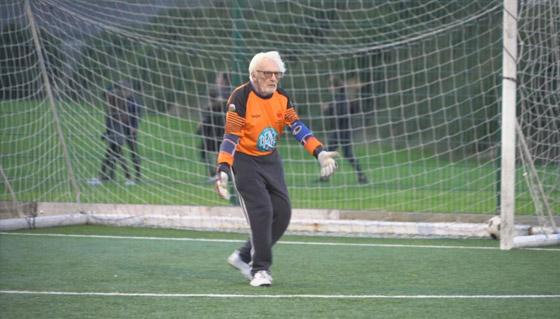 صورة رقم 8 - عجوز عمره 88 عاما لا يزال يلعب كحارس مرمى لفريق كرة قدم! فيديو
