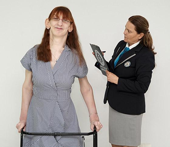 صورة رقم 2 - تركية تدخل موسوعة غينيس كأطول امرأة في العالم، ورسالتها: تقبلوا أنفسكم!