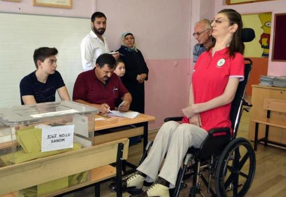 صورة رقم 11 - تركية تدخل موسوعة غينيس كأطول امرأة في العالم، ورسالتها: تقبلوا أنفسكم!