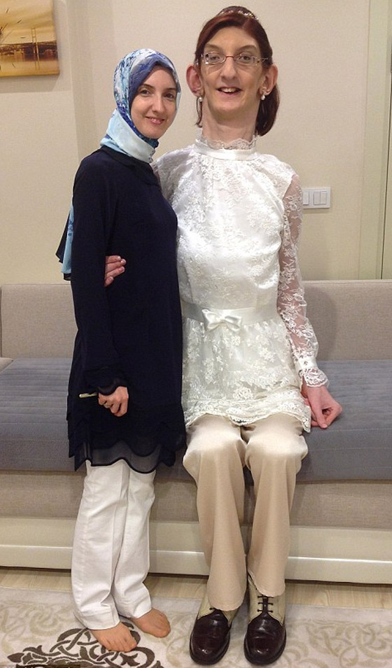 صورة رقم 12 - تركية تدخل موسوعة غينيس كأطول امرأة في العالم، ورسالتها: تقبلوا أنفسكم!