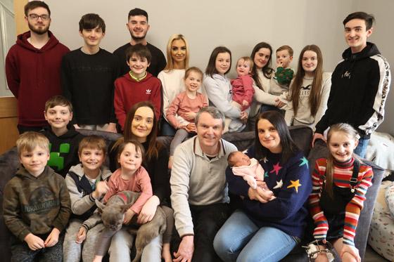 صورة رقم 7 - فيديو وصور: أم أكبر عائلة بريطانية (22 ولدا وبنتا) تروي أطرف وأصعب المواقف