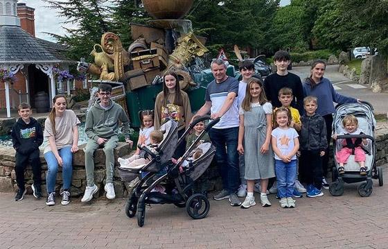 صورة رقم 20 - فيديو وصور: أم أكبر عائلة بريطانية (22 ولدا وبنتا) تروي أطرف وأصعب المواقف