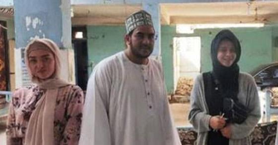 صورة رقم 5 - صور: فتاتان من إنجلترا تعتنقان الإسلام تأثرا بأخلاق النجم محمد صلاح