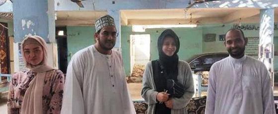صورة رقم 2 - صور: فتاتان من إنجلترا تعتنقان الإسلام تأثرا بأخلاق النجم محمد صلاح