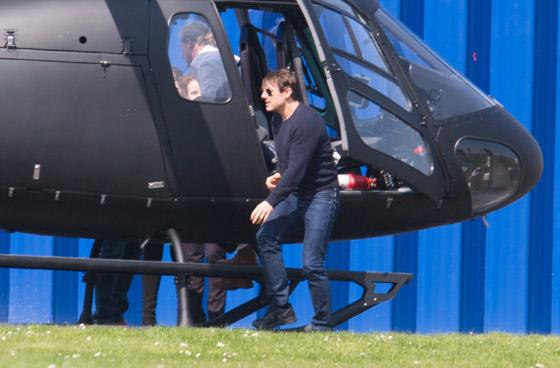 صورة رقم 6 - صور: توم كروز يفاجئ عائلة بريطانية ويهبط بطائرته في حديقة بيتهم.. لم يصدقوا حين خرج من المروحية!