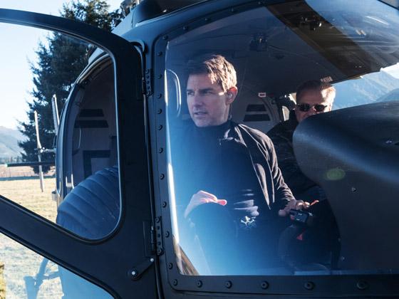 صورة رقم 7 - صور: توم كروز يفاجئ عائلة بريطانية ويهبط بطائرته في حديقة بيتهم.. لم يصدقوا حين خرج من المروحية!