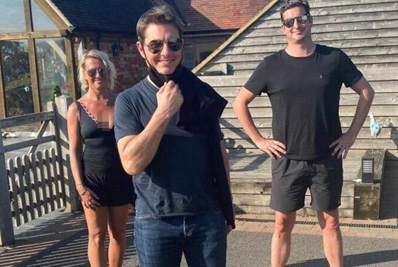 صورة رقم 9 - صور: توم كروز يفاجئ عائلة بريطانية ويهبط بطائرته في حديقة بيتهم.. لم يصدقوا حين خرج من المروحية!