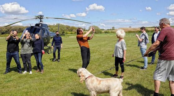 صورة رقم 10 - صور: توم كروز يفاجئ عائلة بريطانية ويهبط بطائرته في حديقة بيتهم.. لم يصدقوا حين خرج من المروحية!