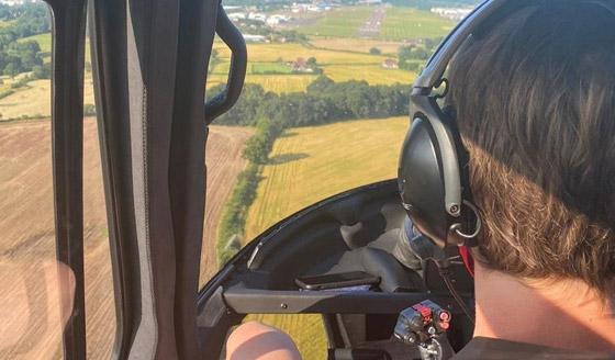 صورة رقم 11 - صور: توم كروز يفاجئ عائلة بريطانية ويهبط بطائرته في حديقة بيتهم.. لم يصدقوا حين خرج من المروحية!