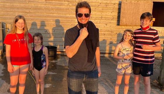 صورة رقم 12 - صور: توم كروز يفاجئ عائلة بريطانية ويهبط بطائرته في حديقة بيتهم.. لم يصدقوا حين خرج من المروحية!