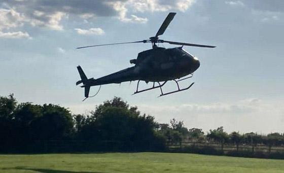صورة رقم 13 - صور: توم كروز يفاجئ عائلة بريطانية ويهبط بطائرته في حديقة بيتهم.. لم يصدقوا حين خرج من المروحية!
