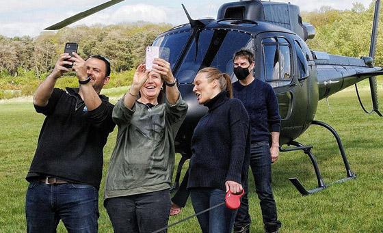 صورة رقم 14 - صور: توم كروز يفاجئ عائلة بريطانية ويهبط بطائرته في حديقة بيتهم.. لم يصدقوا حين خرج من المروحية!