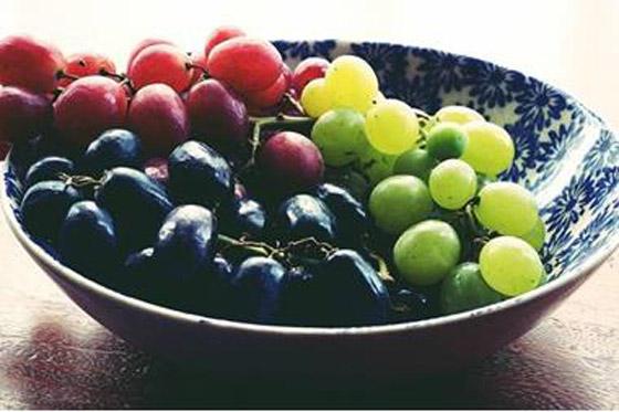 صورة رقم 1 - العنب الفاتح أم الداكن..أيهما أكثر فائدة للصحة؟