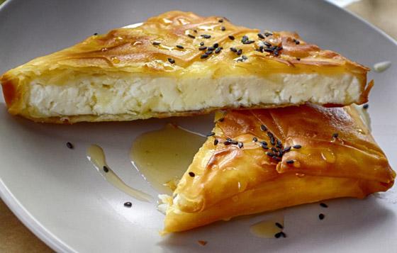 صورة رقم 2 - إليكم طريقة تحضير فطيرة الأجبان بالعسل الشهية والسهلة