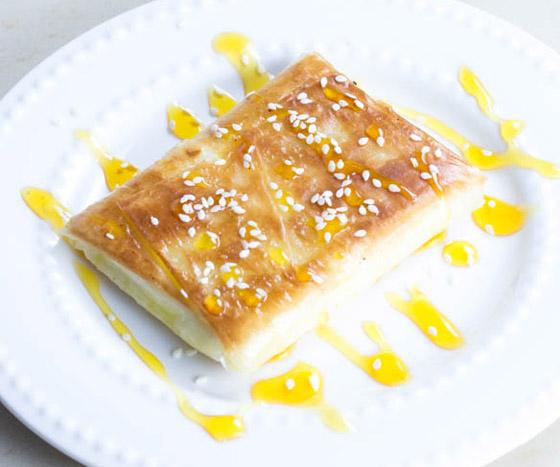 صورة رقم 8 - إليكم طريقة تحضير فطيرة الأجبان بالعسل الشهية والسهلة