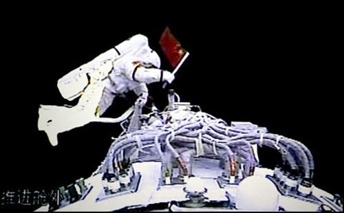 صورة رقم 2 لأول مرة رائد فضاء صيني