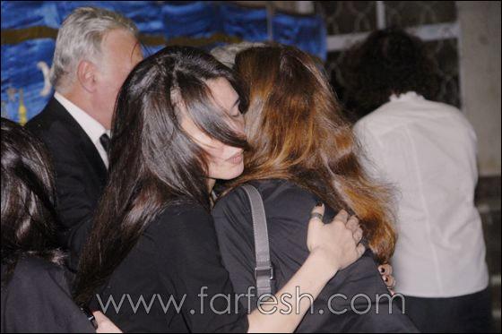 بالصور: عزت ابو عوف يغرق بالبكاء أثناء عزاء زوجته  صورة رقم 8