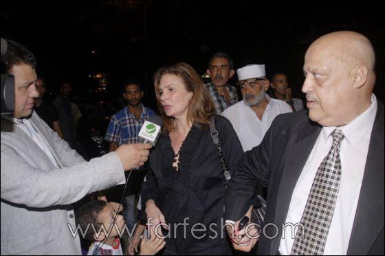 بالصور: عزت ابو عوف يغرق بالبكاء أثناء عزاء زوجته  صورة رقم 2