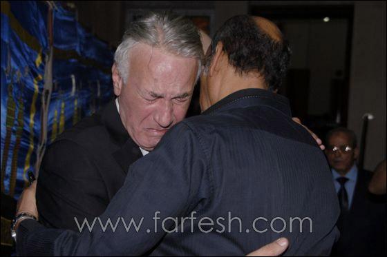 بالصور: عزت ابو عوف يغرق بالبكاء أثناء عزاء زوجته  صورة رقم 15