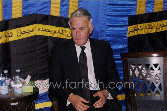 بالصور: عزت ابو عوف يغرق بالبكاء أثناء عزاء زوجته  صورة رقم 18