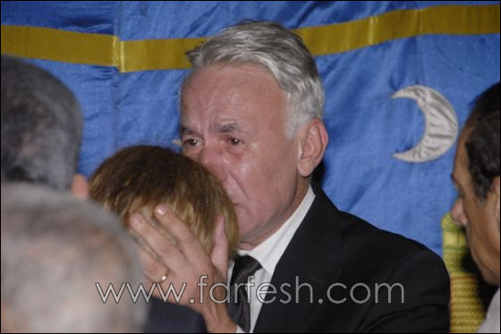 بالصور: عزت ابو عوف يغرق بالبكاء أثناء عزاء زوجته  صورة رقم 17