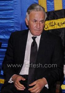 بالصور: عزت ابو عوف يغرق بالبكاء أثناء عزاء زوجته  صورة رقم 1