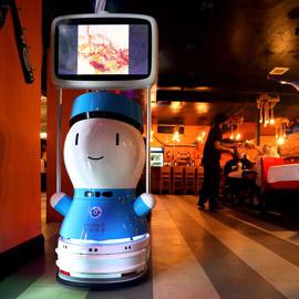 صور: مطعم أمريكي يوظف روبوتات لخدمة الزبائن لقلة الجرسونات! هل سيطالبك  ..