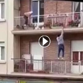 فيديو مثير: شاب ينقذ عجوز ثواني قبل سقوطها من شرفة منزلها.. على طريقة  ..