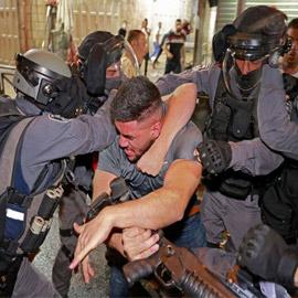 صورة شاب فلسطيني يواجه لوحده قوات الاحتلال يُحدث ضجة كبيرة!