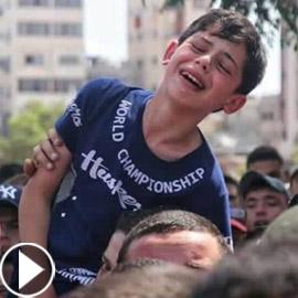 فيديو مؤثر لطفل فلسطيني يبكي ويوّدع والده الذي قُتل بقصف إسرائيلي!
